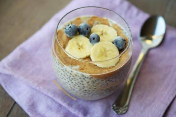 Pudin de chía con plátano y mantequilla de almendras
