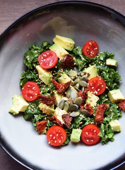 Ensalada con tomates secos y kale