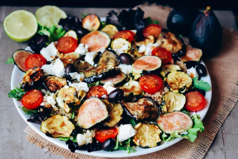 Ensalada de verduras con quinoa, queso de cabra e higos