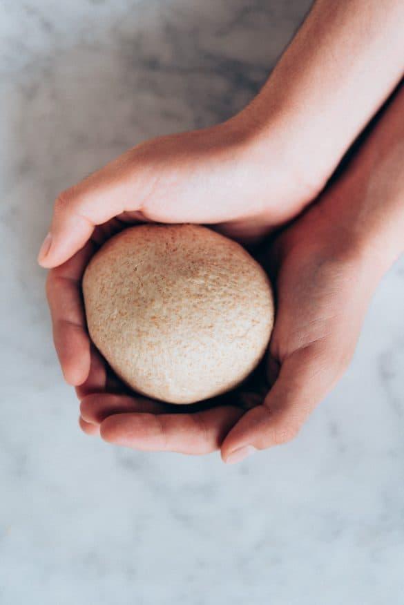 Bola de masa de pizza antes de reposar