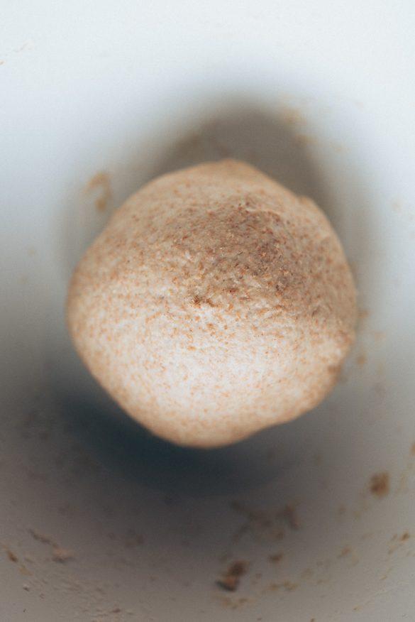 Bola de masa de pizza antes de reposar 2