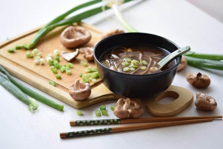 Sopa miso con shiitake y fideos soba