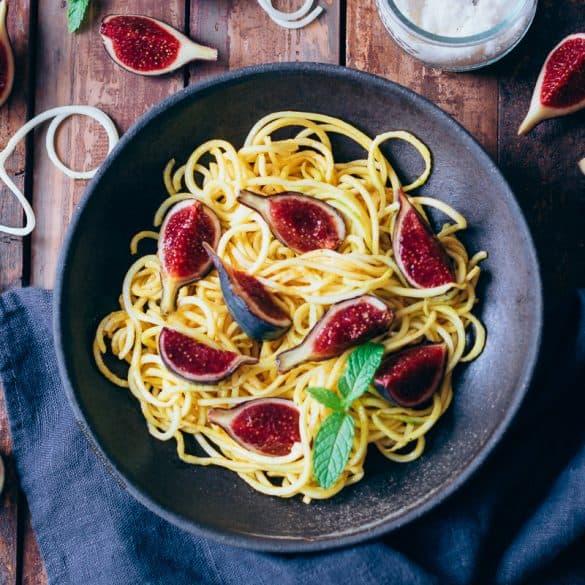 Espaguetis de calabacín con higos y cúrcuma