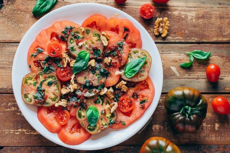 Ensalada-tomates-y-alino-basilico-1