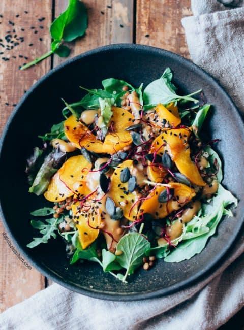 Ensalada de quinoa con melocotones asados, lentejas y aliño de miso