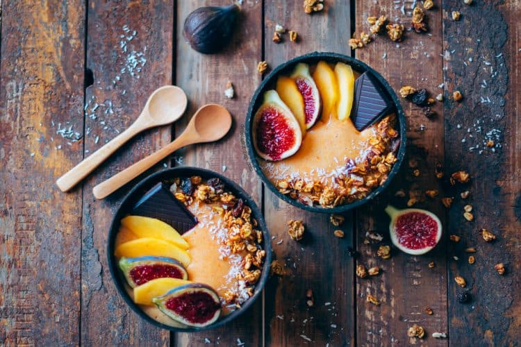 Smoothie-bowl-de-caqui-y-canela-1