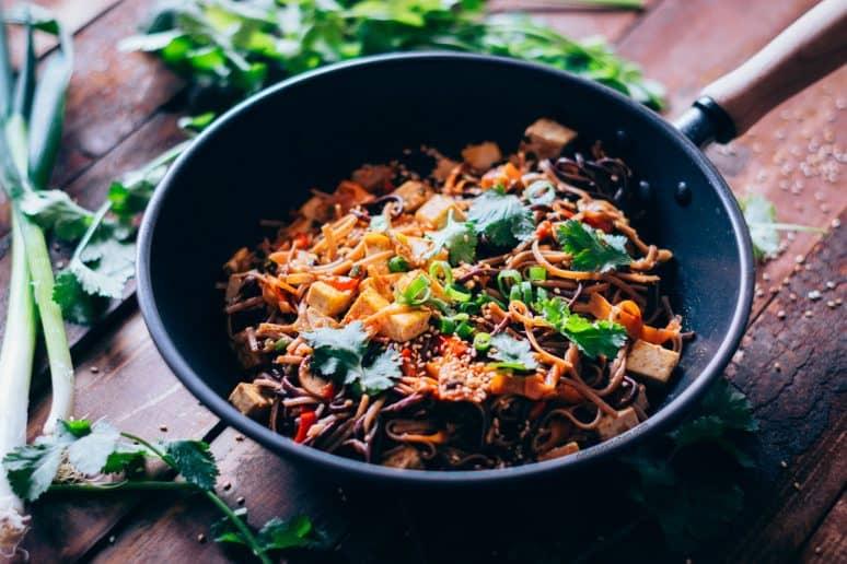 Fideos al wok con verduras y tofu 1