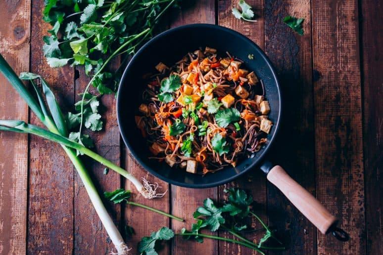 Fideos al wok con verduras y tofu