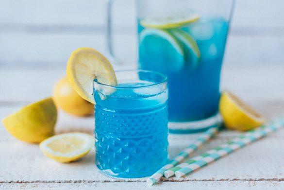 Limonada de espirulina azul