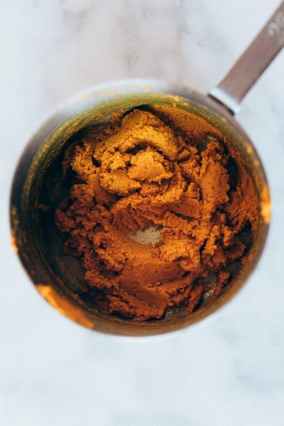 Pasta curcuma receta. Pasta curcuma después de calentar y mezclar