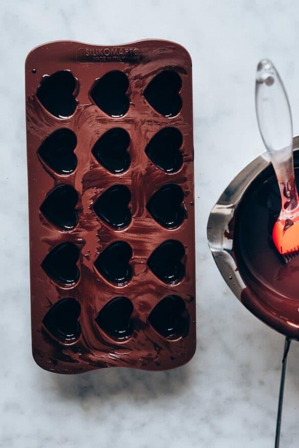 Molde cubierto con chocolate derretido antes de refrigerar