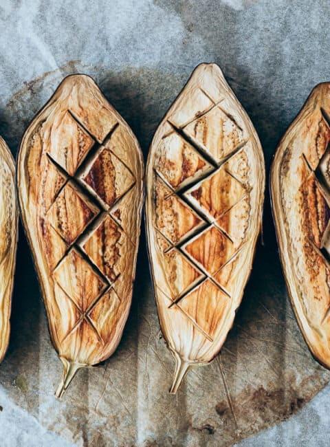 Berenjenas asadas con hummus y menta
