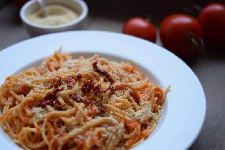 Espaguetis con queso parmesano vegano